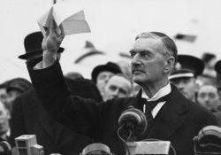 Чемберлен после подписания Мюнхенского договора