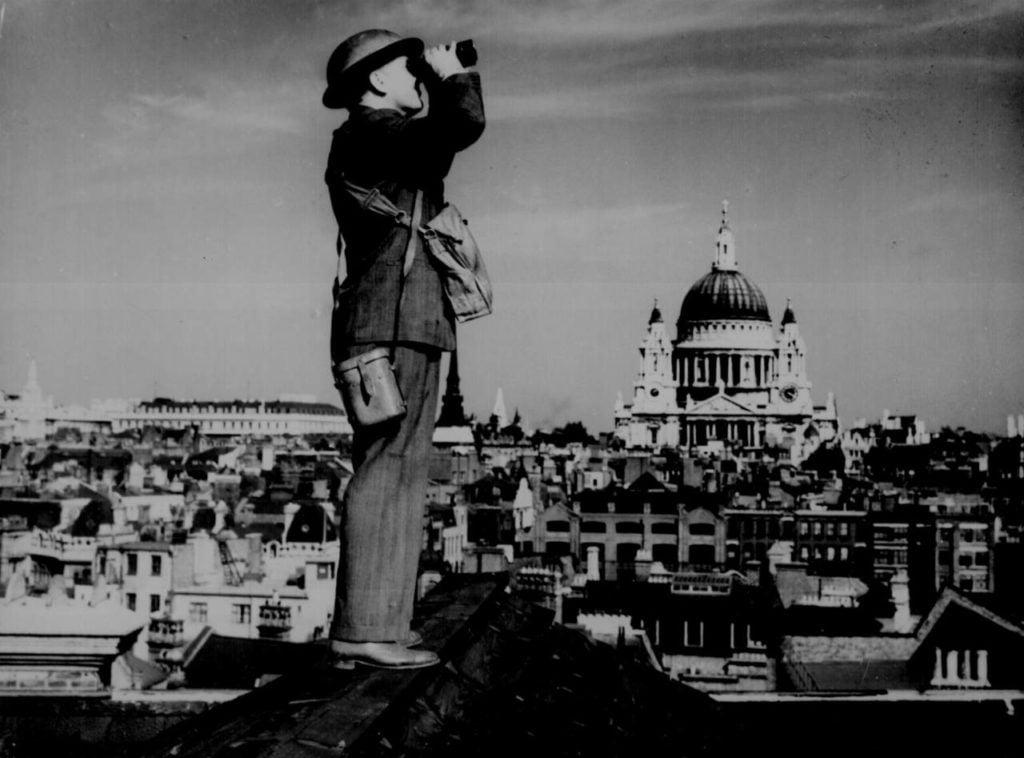 Наблюдение за немецкими самолетами на крыше в Лондоне