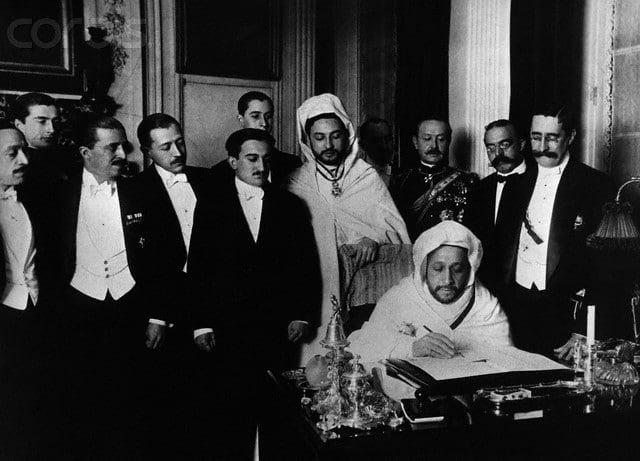 Посол Марокко в Испании эль-Хадж эль-Мокри, подписывает договор на конференции в Альхесирасе 7 апреля 1906 года