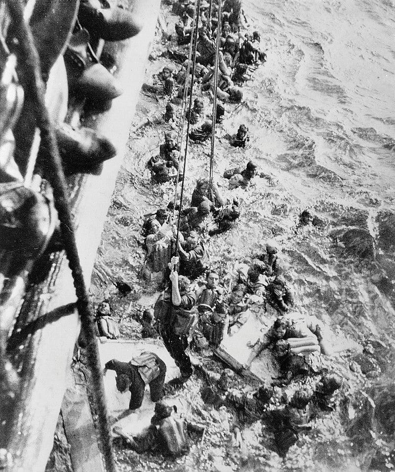 Оставшиеся в живых, пытающиеся подняться на борт HMS Dorsetshire