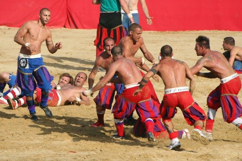 В 16 веке, когда возник флорентийский кальчо, между собой играли команды из гвельфских и гибеллинских районов города.