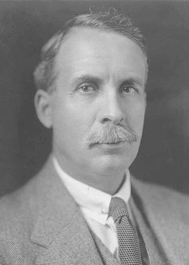 Сэр Джордж Пирс, который приказал солдатам уничтожать эму. Позже в парламенте он был назван «министром обороны от эму».