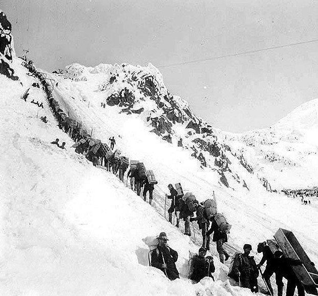Золотодобытчики пересекают перевал Чилкут