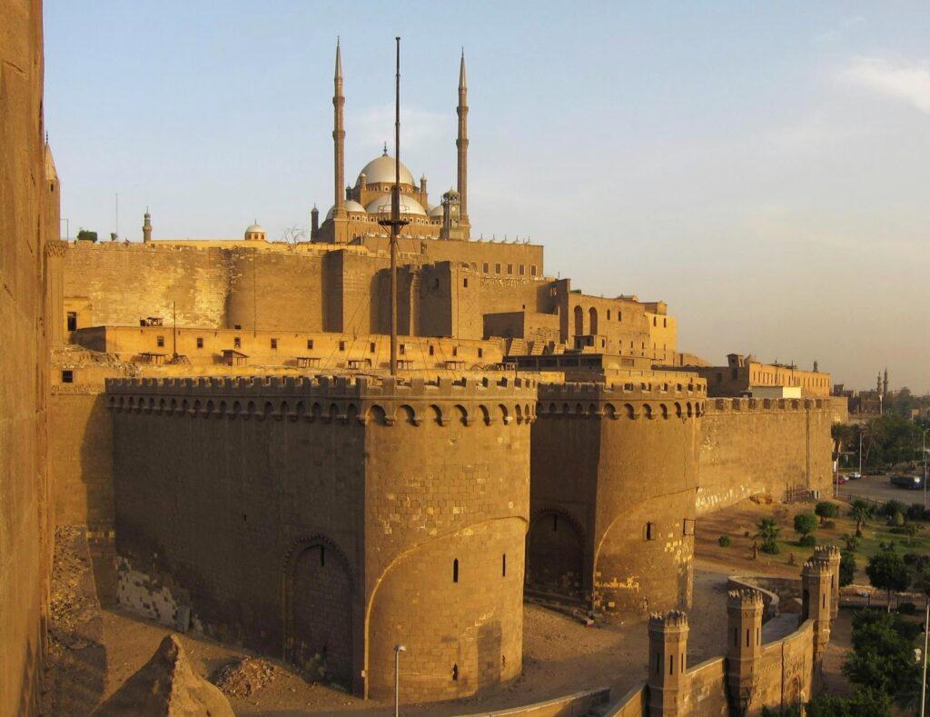 """Каирская цитадель  - """"сердце"""" империи мамлюков (построена Саладином, предположительно в 1176 -1183 гг)."""