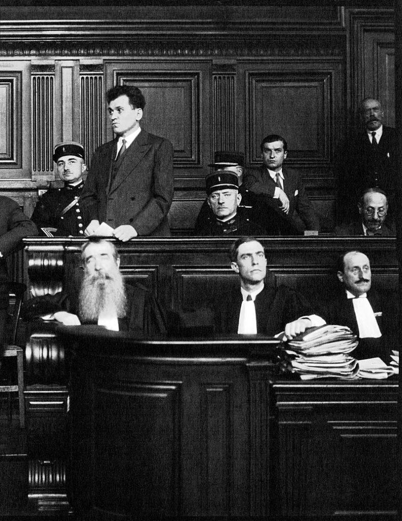 Горгулов во время суда над ним, июль 1932 г. На переднем плане его адвокаты Жеро и Роже