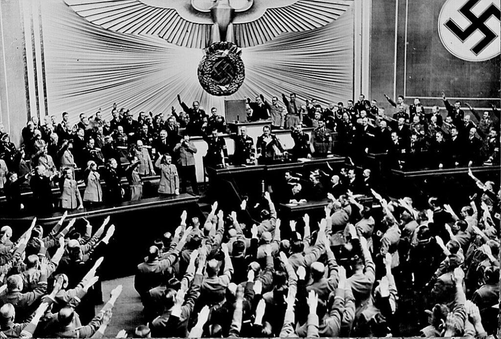 Гитлер сообщает депутатам рейхстага о присоединении Австрии