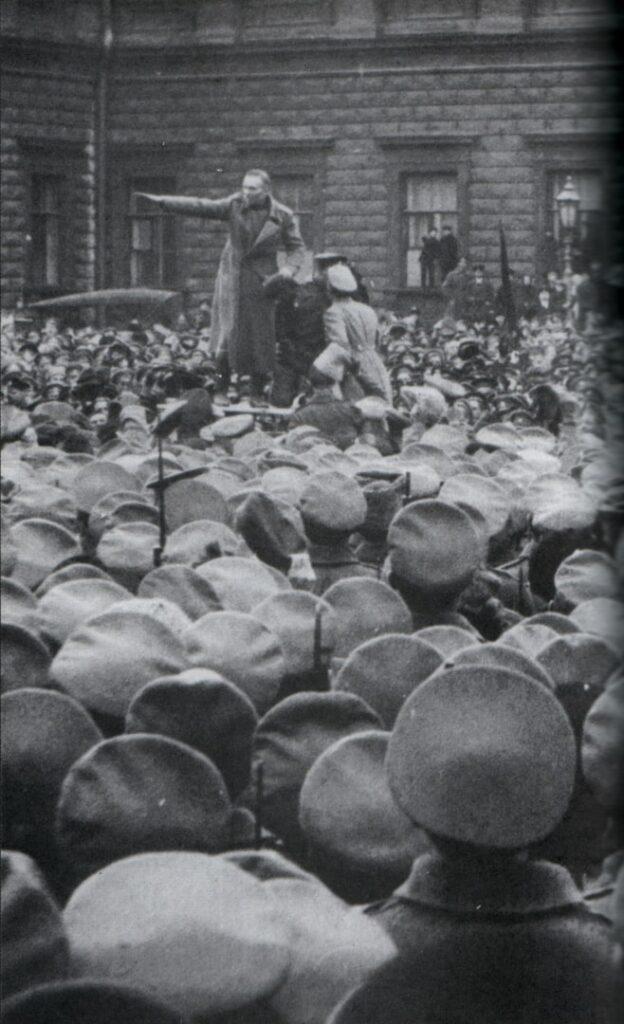 Ф. Ф. Линде направляет солдат Финского полка в сторону Мариинского дворца - резиденции Временного правительства. 21 апреля (4 мая) 1917 года