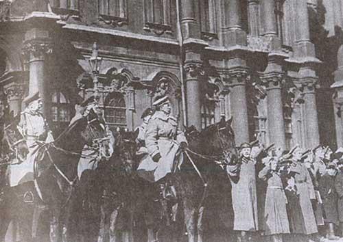 Командующий Петроградским военным округом генерал Л. Г. Корнилов принимает парад. Петроград. Весна 1917 г.
