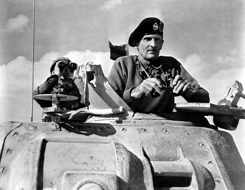 Бернард Монтгомери наблюдает за продвижением своих войск (ноябрь 1942).