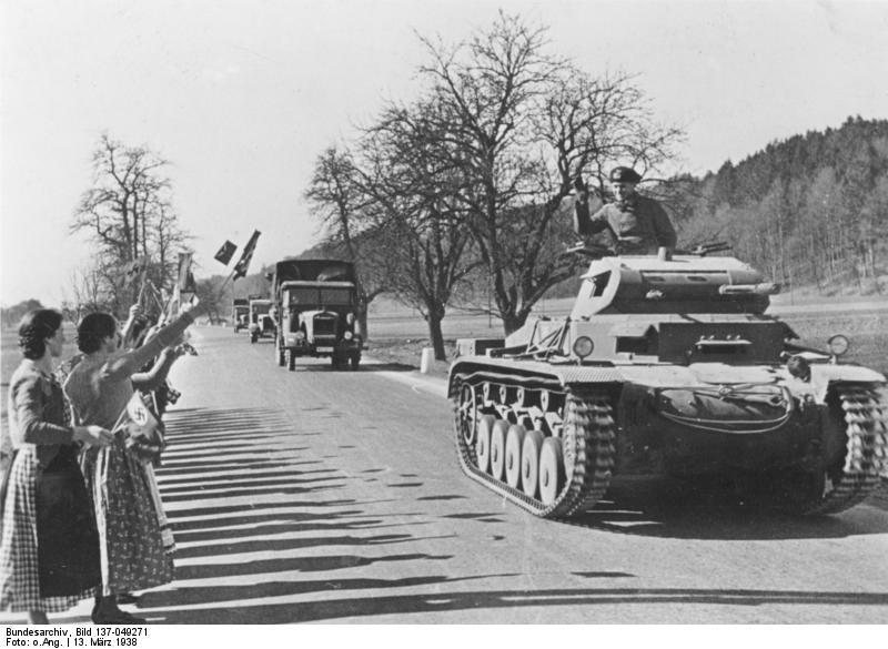 13 марта 1938 года: жители Австрии встречают германские войска
