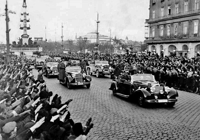 Жители Вены приветствуют Адольфа Гитлера