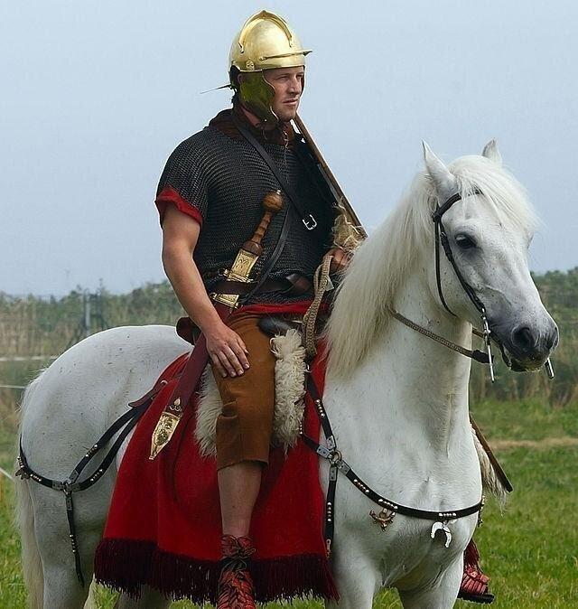 Современный реконструктор в облике древнеримского эксплоратора — конного разведчика.