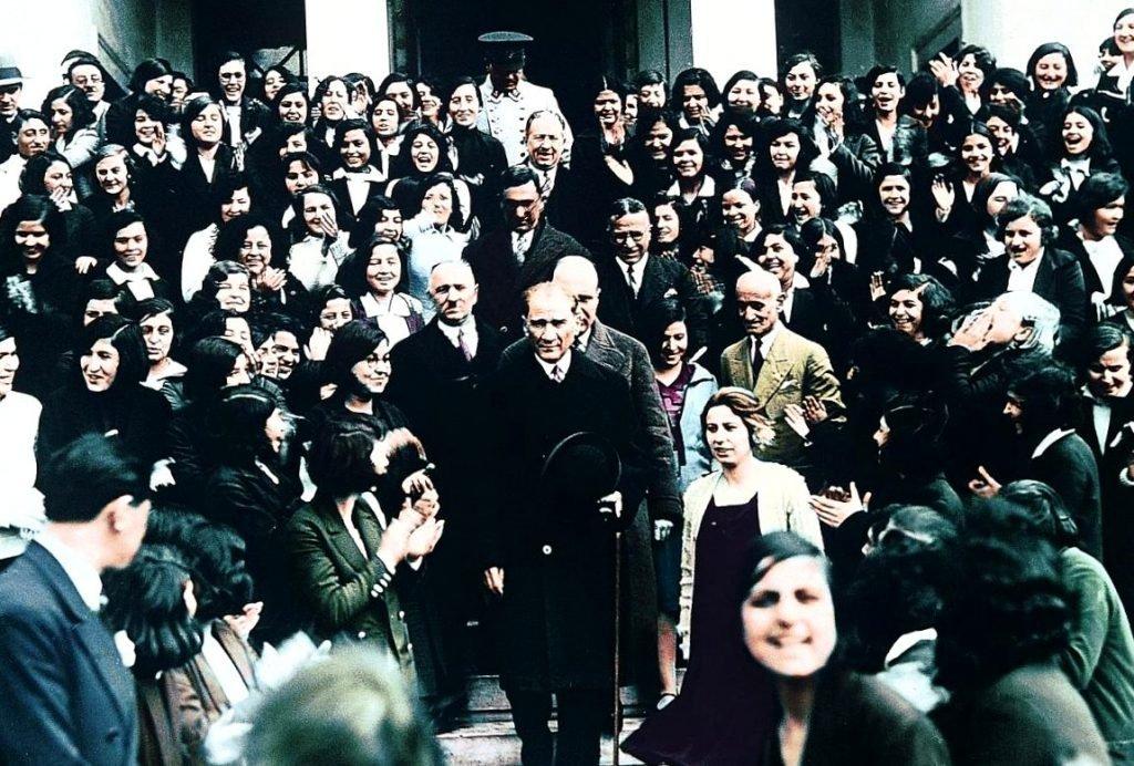 Ататюрк в Измирской средней школе (1931).