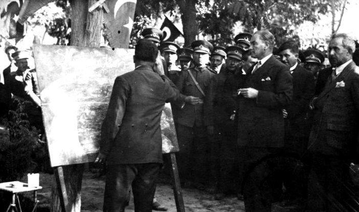 Ататюрк в Сивасе во время кампании за новый турецкий алфавит (1928).